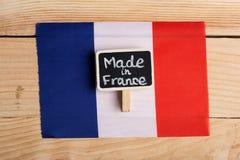 Französische Flagge und Tafel mit dem Text hergestellt in Frankreich stockbild