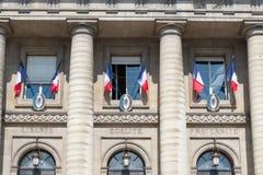 Französische Flaggen außerhalb der Fenster Lizenzfreie Stockbilder