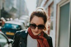 Französische Frau in Paris stockbild