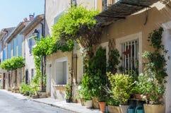 Französische Gebäude in Folge in einem kleinen Dorf lizenzfreies stockfoto