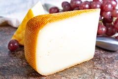 Französische gelbe Käse, Schafe Pur Brebis melk Käse fron Pyrenäen und Heiliges Paulin sahnig, milder, halbweicher französischer  stockfotos
