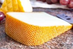 Französische gelbe Käse, Schafe Pur Brebis melk Käse fron Pyrenäen und Heiliges Paulin sahnig, milder, halbweicher französischer  lizenzfreies stockbild