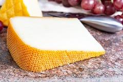 Französische gelbe Käse, Schafe Pur Brebis melk Käse fron Pyrenäen und Heiliges Paulin sahnig, milder, halbweicher französischer  stockfotografie