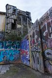 Französische Graffiti in der Stadt von Rennes-baufälligem Gebäude lizenzfreie stockbilder