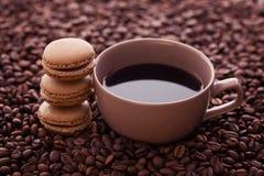 Französische Kaffeemakronen und Kaffeebohnen lizenzfreie stockbilder