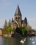 Französische Kathedrale mit Schwänen Stockfotos