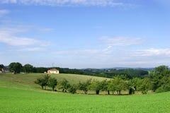 Französische Landschaft und Bauernhaus lizenzfreies stockbild
