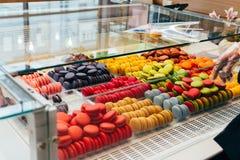 Französische macarons für Verkauf Plätzchen im Shop, auf dem Schaufenster stockfoto