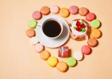 Französische Makronen, Tasse Kaffee, Geschenkbox und Kuchen Lizenzfreies Stockfoto
