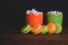Französische Makronen und marshmellow in den dunklen Farben Stockfotos