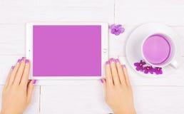 Französische Maniküre mit violetten Blumen Badekurort lizenzfreies stockfoto