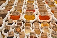 Französische Markt-Gewürze in den Taschen Lizenzfreies Stockfoto