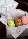 Französische mehrfarbige Makronen in einer Geschenkbox Stockbild