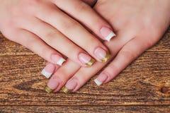 Französische Nagelkunst in der Goldfarbe Lizenzfreie Stockbilder
