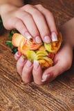 Französische Nagelkunst in der Goldfarbe Stockbild