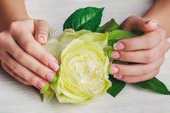 Französische Nagelkunst in der grünen Farbe Lizenzfreie Stockfotografie