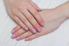 Französische Nagelkunst in der hellblauen Farbe Stockfotografie