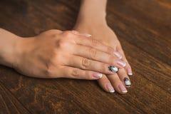 Französische Nagelkunst in Schwarzweiss mit Palme Stockbild