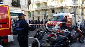 Französische Polizei und Feuerwehrmänner in Nizza, Frankreich lizenzfreie stockbilder