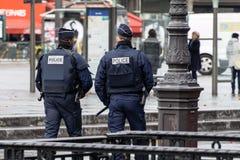Französische Polizeibeamten in einer Straße von Paris Stockfotografie