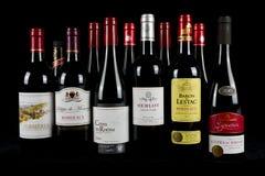Französische Rotwein-Auswahl mit einem dunklen Hintergrund stockbild