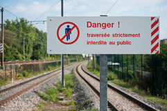 Französische Sicherheitsplatte auf Eisenbahnen Stockfotos