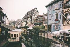 Französische Stadt von Colmar bereit zum Weihnachten mit Dekorationen Stockbild
