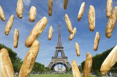 Französische Stangenbrote, die am Eiffelturm Paris Frankreich fliegen Lizenzfreie Stockbilder