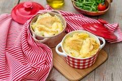 Französische traditionelle Kartoffelmahlzeit Tartiflette Stockfoto