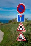Französische Verkehrsschilder auf einem Landschaftsschotterweg Stockbilder
