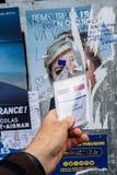 Französische Wählerregistrierungskarte gehalten vor Marine Le Pen PO Lizenzfreie Stockfotos