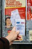 Französische Wählerregistrierungskarte gehalten vor Nathalie Arthaud Lizenzfreies Stockbild