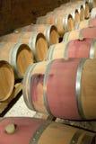 Französische Weinkellerei mit hölzernen Fässern Stockfotografie