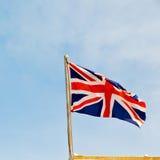 französische wellenartig bewegende Flagge in der britischen Farbe und der Welle des blauen Himmels Lizenzfreies Stockfoto