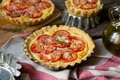 Französische wohlschmeckende Tortenquiche mit Hüttenkäse und Tomaten Stockbilder