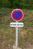 Französische Zeichen Reserve-Zusatzbus Stockfotografie