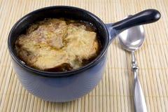 Französische Zwiebelen-Suppe im blauen Topf Lizenzfreie Stockfotografie