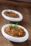 Französischer Auberginenauberginenkaviar mit Öl in der weißen Schüssel Stockfotografie