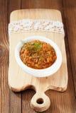 Französischer Auberginenauberginenkaviar mit Öl in der weißen Schüssel auf Holz Lizenzfreies Stockbild