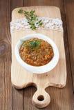 Französischer Auberginenauberginenkaviar mit Öl in der weißen Schüssel auf Holz Lizenzfreie Stockfotografie