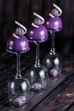 Französischer Blaubeerkremeiskuchen diente auf umgekehrten Weingläsern auf hölzernem Hintergrund Stockfotos