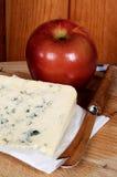 Französischer Blauschimmelkäse und ein Apfel. Stockbilder