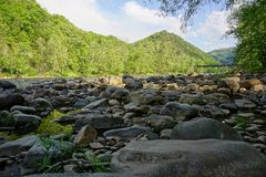 Französischer breiter Fluss mit Brücke im Appalachen nähern sich North Carolina der heißen Quellen Stockbilder