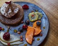 Französischer Brunch des strengen Vegetariers auf keramischer Platte lizenzfreies stockfoto