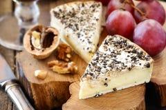 Französischer Käse mit schwarzem Pfeffer Lizenzfreies Stockbild