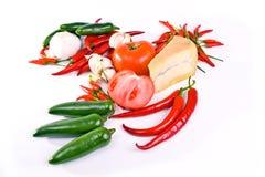 Französischer Käse umgeben mit Paprika und jalap Lizenzfreies Stockfoto