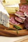 Französischer Käse und Salami Stockfoto