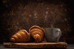 Französischer Kaffee mit Hörnchen stockbilder