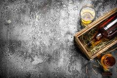 Französischer Kognak in einem alten Kasten lizenzfreies stockfoto