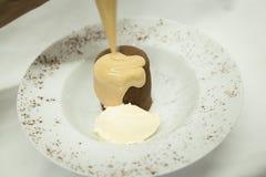 Französischer Nachtisch Coulant auf einer weißen Platte stockbilder
